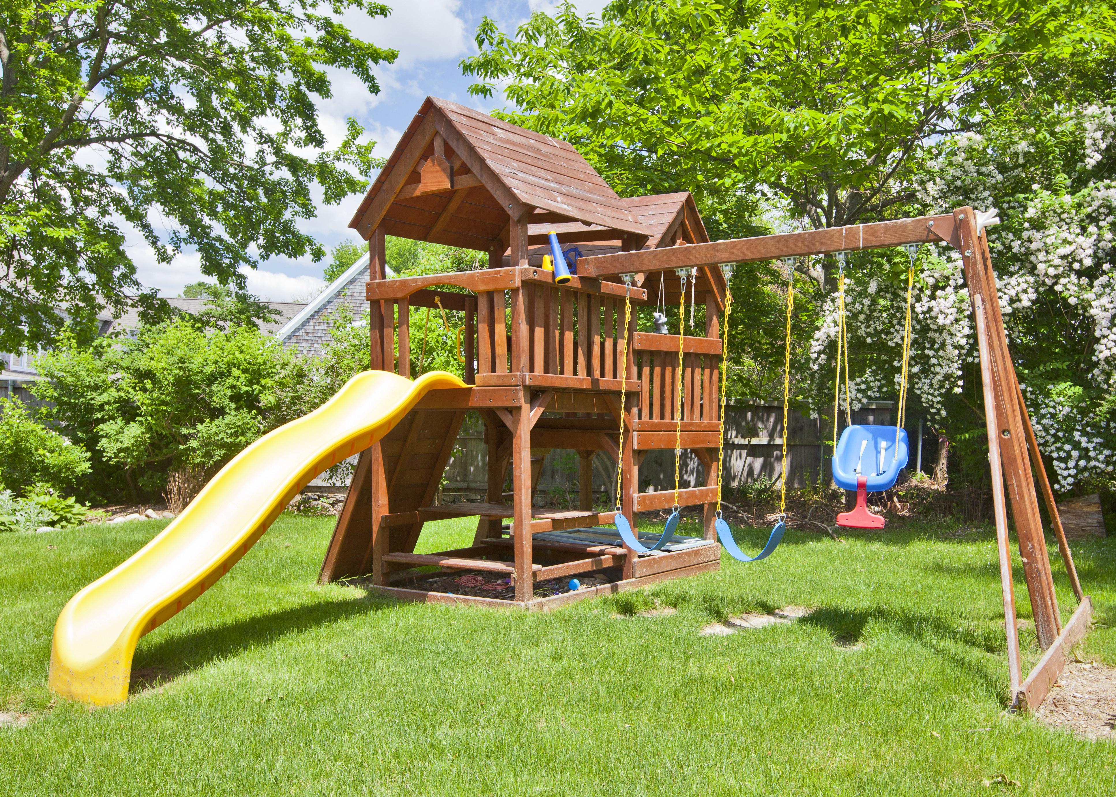 Ein Spielhaus Ist Die Perfekte Losung Um Rutsche Schaukel Und Sandkasten Mit Dach Platzsparend Zu Kombinieren