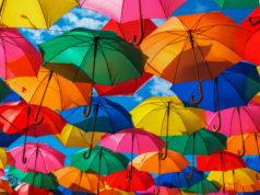 viele bunte regenschirme
