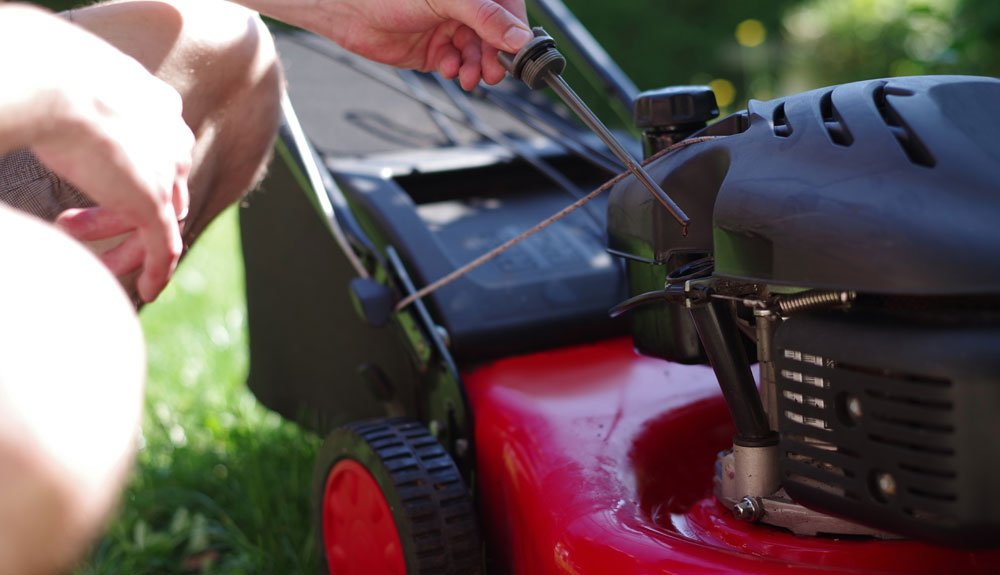 Rasenmäher pflegen - Ölstand prüfen