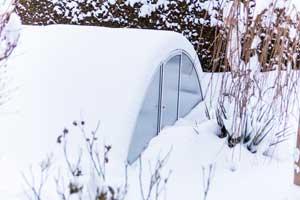 Schnee auf Gewächshaus