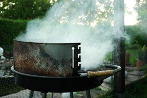 rauchbel stigung durch grillen im garten. Black Bedroom Furniture Sets. Home Design Ideas