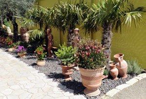 Terrakotta-Figuren machen den Garten zu etwas ganz Besonderem