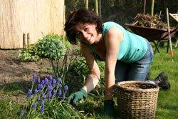 Ziehen Sie sich für die Gartenarbeit bequeme Sachen an