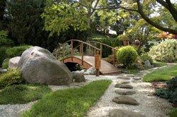 Eine Brücke wertet den Garten enorm auf