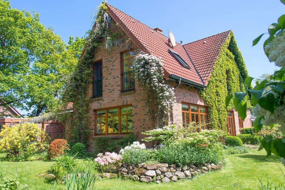 Kletterpflanzen am Einfamilienhaus - © womue - Fotolia.com
