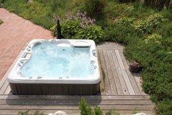 Perfekt für einen Wellness-Garten: der Outdoor-Whirlpool