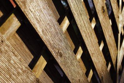 Garten-Raumteiler aus Holz können auch als Sichtschutz dienen