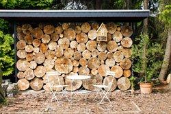 Brennholz können Sie auch als Gartendeko verwenden