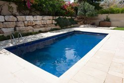 Swimmingpool in garten integrieren 4 m glichkeiten for Comparatif prix piscine