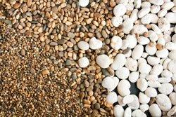 Zierkies gibt es in unterschiedlichen Farben, Sorten und Körnungen