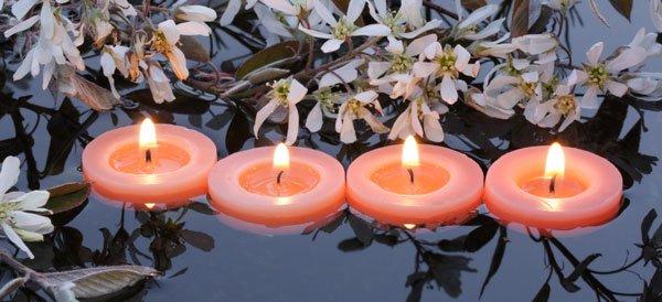 Gartenteich beleuchten Möglichkeiten Schwimmkerzen