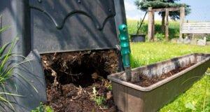 Komposter Erde entnehmen