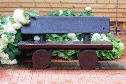 Rustikal, aber dennoch elegant: die Baumstamm-Gartenbank