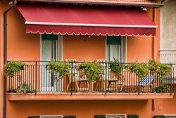 Eine Gelenkarm-Markise ist für den Balkon optimal