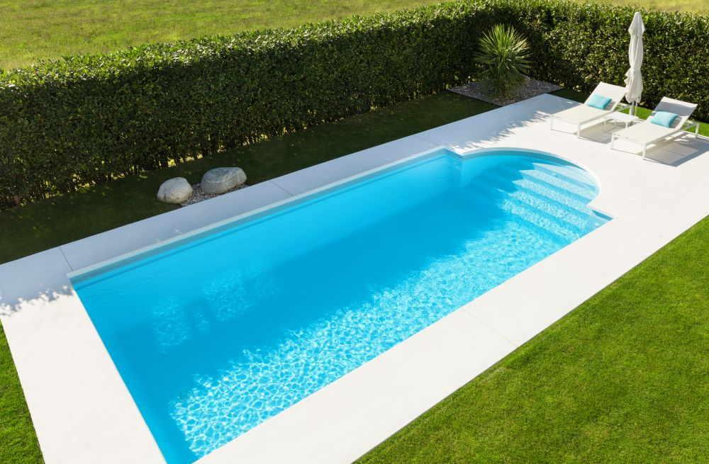 Pool im Wellness-Garten