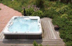 Whirlpool im Wellness-Garten