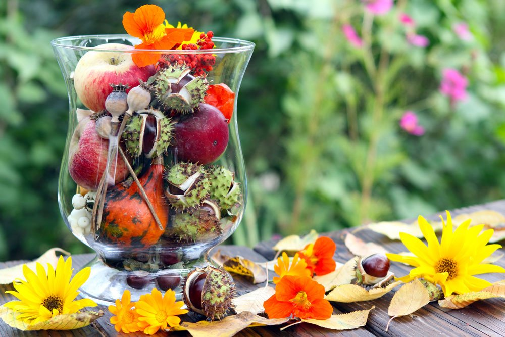 Terrasse Herbstdeko Naturmaterialien