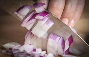 Zwiebeln schneiden – 6 Tipps gegen Tränen