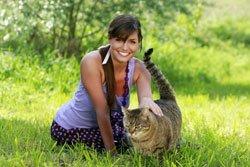 Katze mit Frauchen im Garten