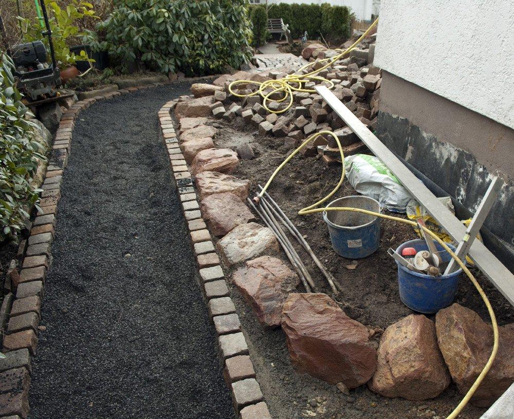 Gartenweg pflastern: Tragschicht ausbringen