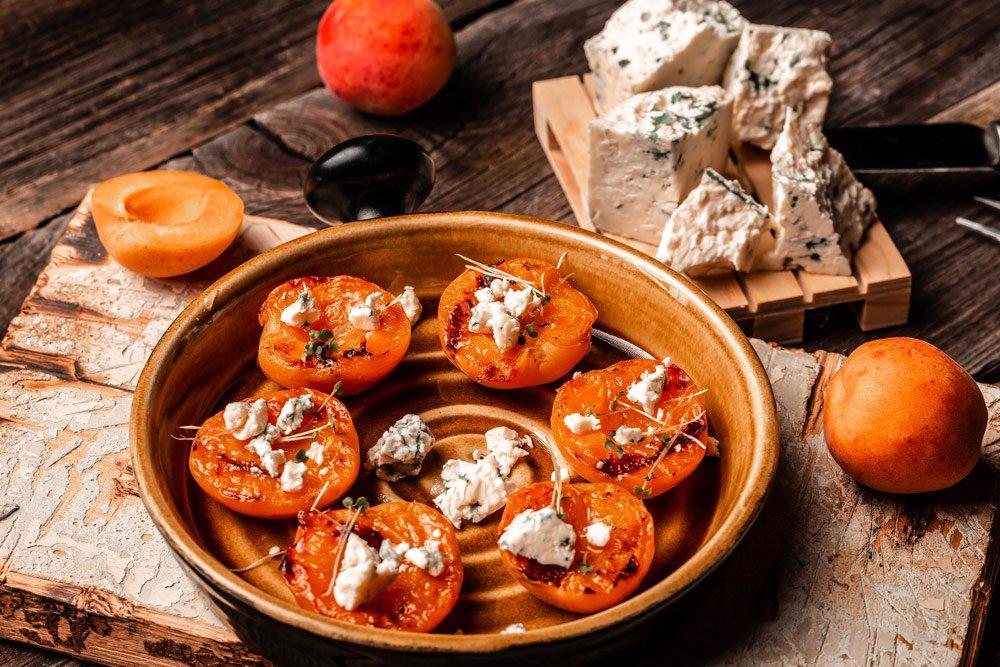 gegrillter Pfirsich mit Ziegenkäse