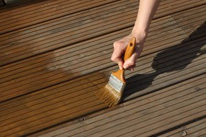 Terrassenöl schützt vor Verwitterung und Vergrauen