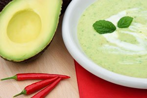 Eine Avocado-Suppe ist schnell zubereitet