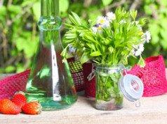 Waldmeistersirup selber machen - Rezept für den gesunden Durstlöscher
