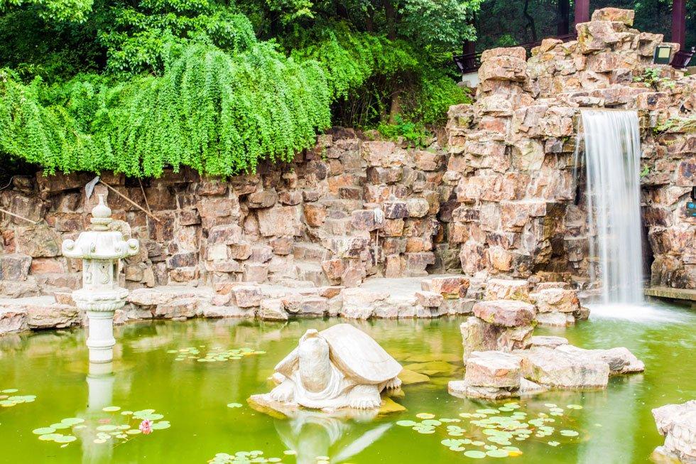 Garten Landhausstil anlegen Trittsteine Blumen Heckenfplanzen Ideen für Gartengestaltung
