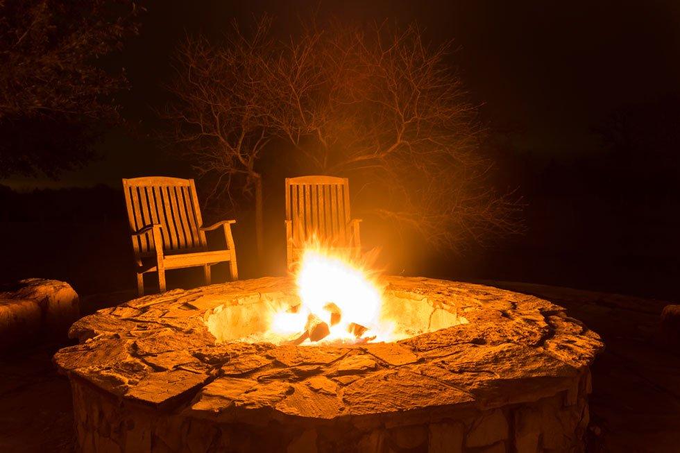 feuerstelle anlegen diese 20 ideen sorgen f r lagerfeuerromantik. Black Bedroom Furniture Sets. Home Design Ideas