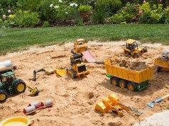 Sandkasten mit Steinumrandung