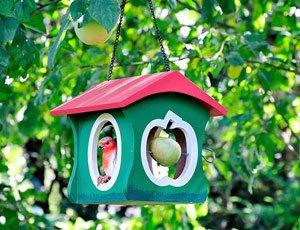 Terrasse winterlich dekorieren - Vogelfutterhaus
