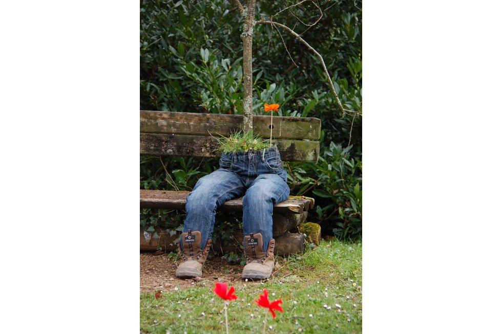 Gartendeko mit alten Schuhen bepflanzt Sukulente Gewürze
