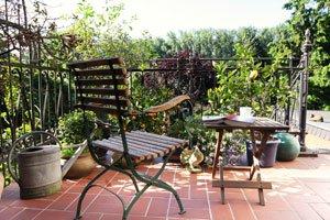 kleine terrasse gestalten: terrasse gestalten mit einer markise, Garten und Bauen