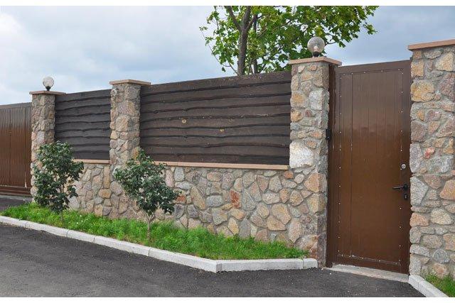 Gartenzäune Aus Holz Und Stein ~ Steinmauer mit horizontalen Holzelementen
