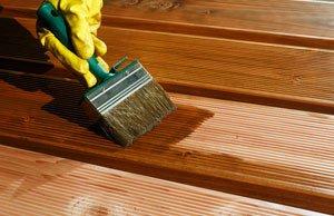 Terrassendielen aus Holz farbig streichen -