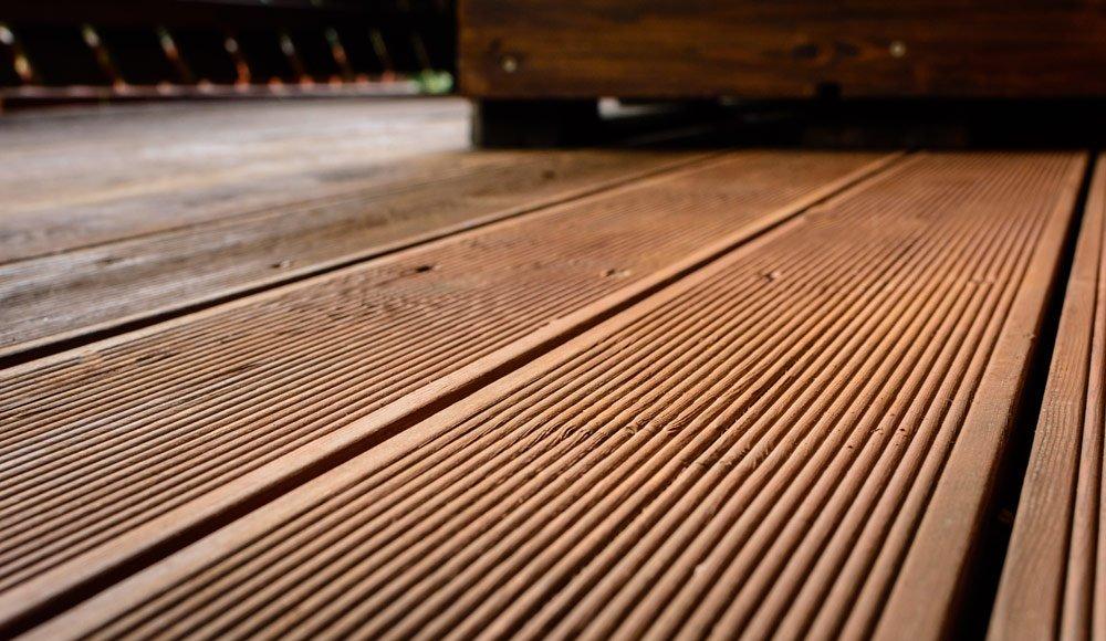 Terrassendielen aus Lärche reinigen und pflegen – So machen Sie es richtig