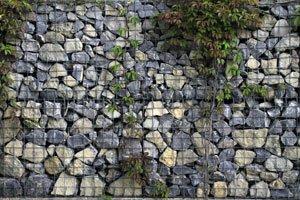 Hang mit gabionen befestigen schritt f r schritt erkl rt - Gabionenwand bepflanzen ...