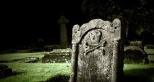 Halloween-Grabstein für den Garten basteln
