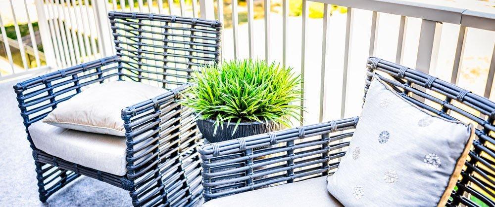 Gartenmöbel auf dem Dschungel-Balkon