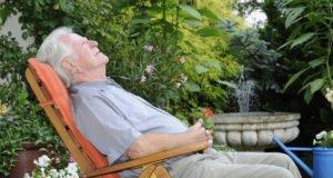 Gartenmöbel für Senioren - Anforderungen & Tipps für den optimalen Komfort