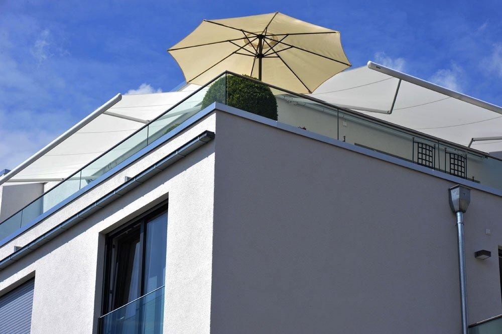 Sonnenschirm als Sonnenschutz für Dachterrasse