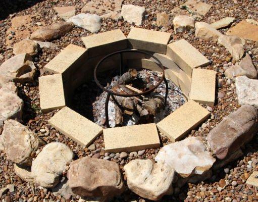 Feuerstelle auf Pflastersteinen bauen