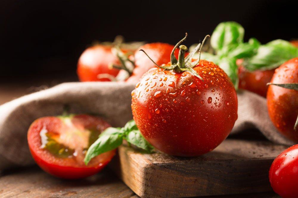 Tomaten ernten mit Stiel