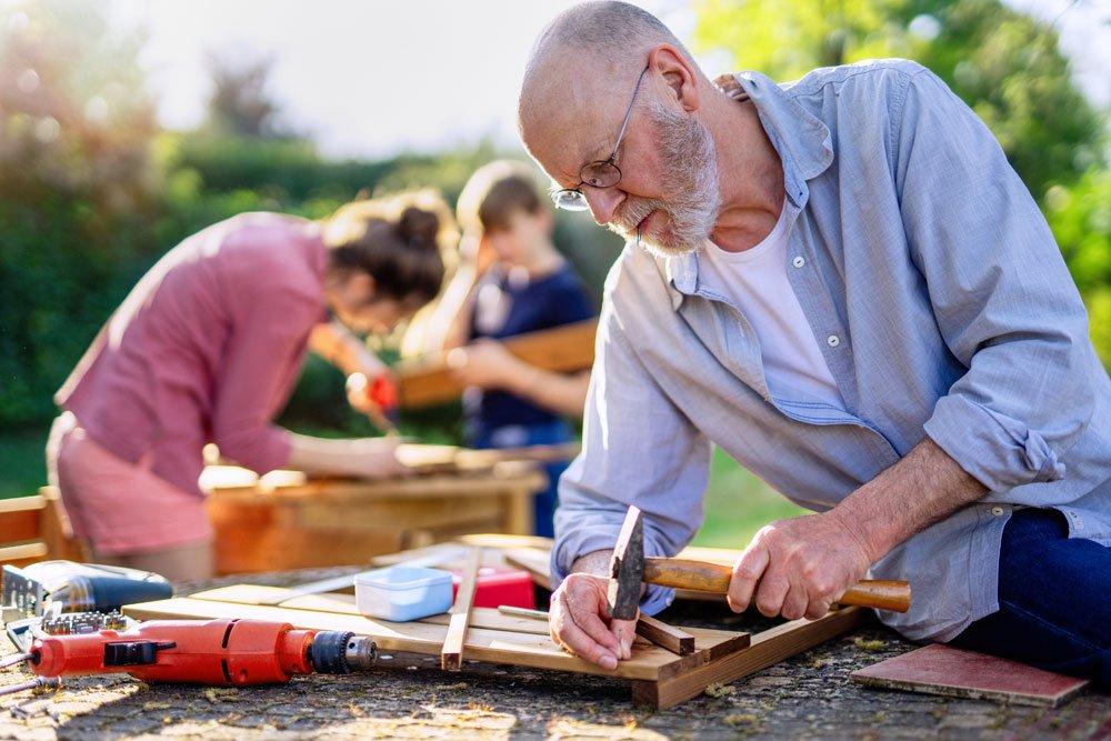 DIY im Garten: 4 kreative Ideen für robuste Gartenmöbel