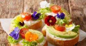 Essbare Blüten auf Brotscheiben