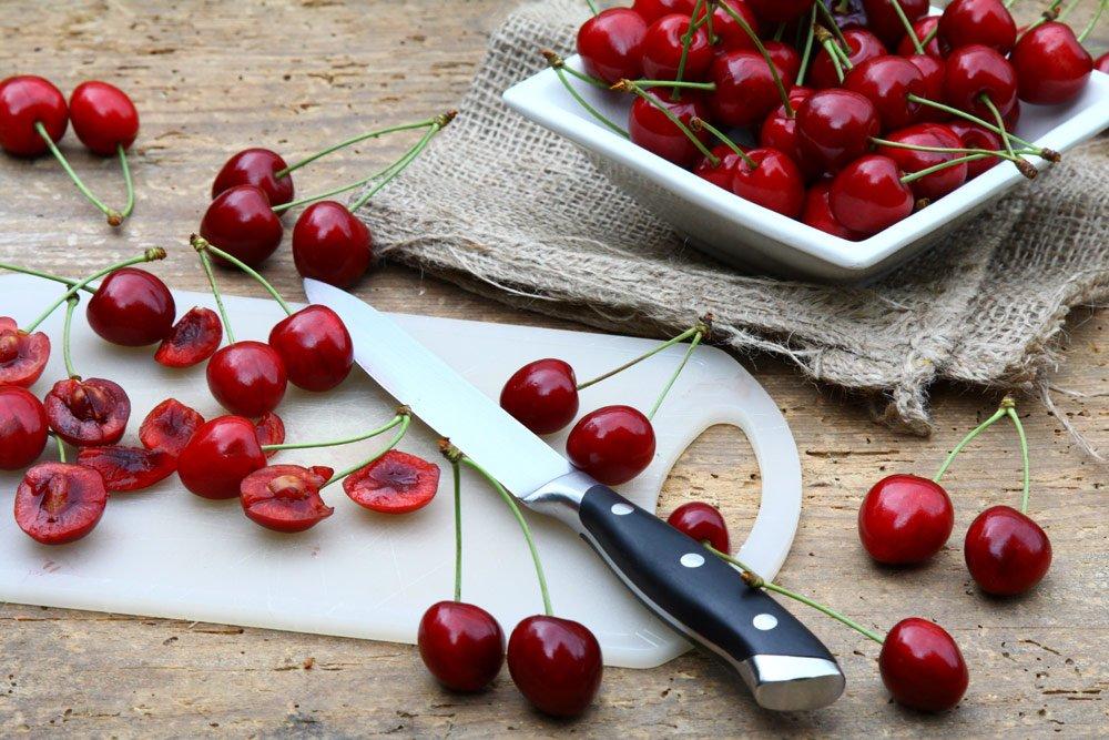 Kirschem mit dem Messer entkernen
